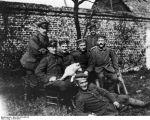 Hitler (direita) com seus companheiros mensageiros em 1915. O cachorro em destaque é seu companheiro Foxls.
