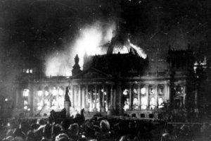 O Incêndio do Reichstag em 24 de fevereiro supostamente atribuído a culpa para comunistas, foi utilizado por Hitler para enfraquecer ainda mais a oposição esquerdista.