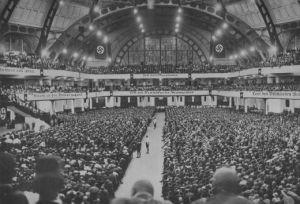 """O congresso do NSDAP em 1926. O retorno de Hitler como líder, com o tema """"Tod dem Marxismus"""" (Morte ao Marxismo)"""